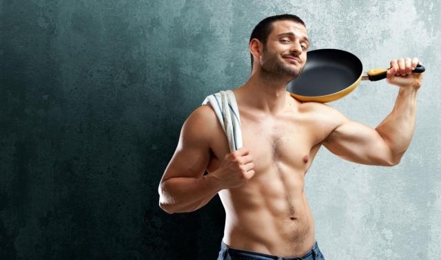 Парень с голым торсом и сковородой