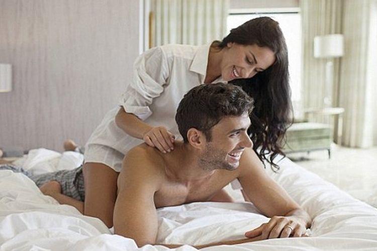 Девушка делает парню массаж