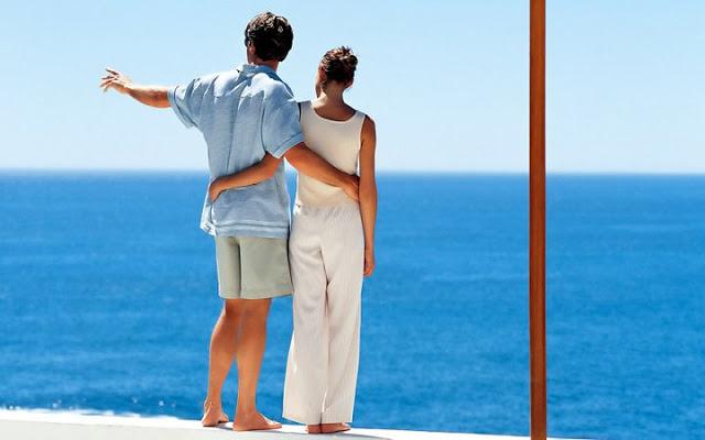 парень с девушкой на фоне моря