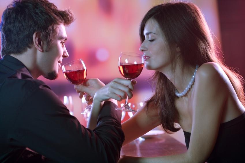 парень с девушкой пьют на брудершафт