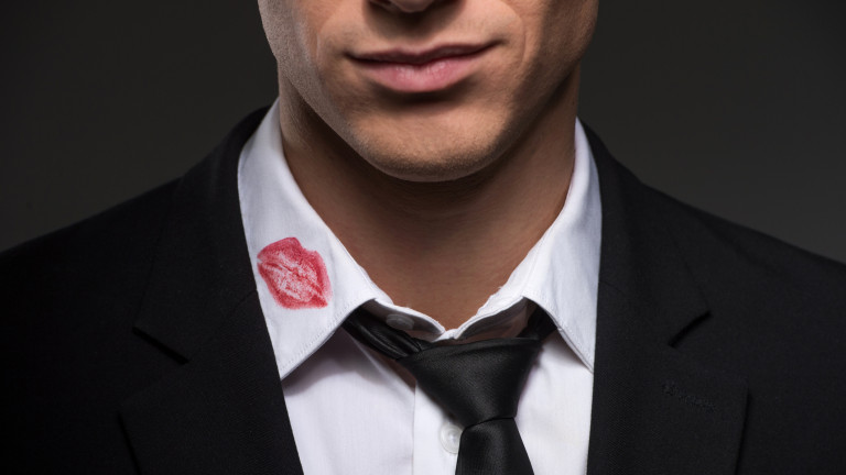 мужчина в рубашке со следом помады на воротнике