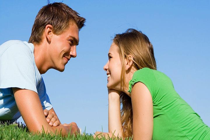 парень с девушкой смотрят друг на друга