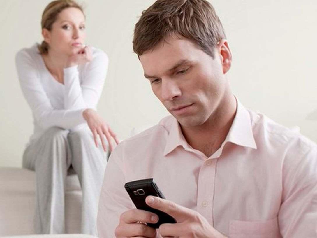 поруганные парень с девушкой сидят в комнате