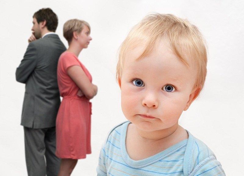маленький ребенок на фоне обиженных родителей