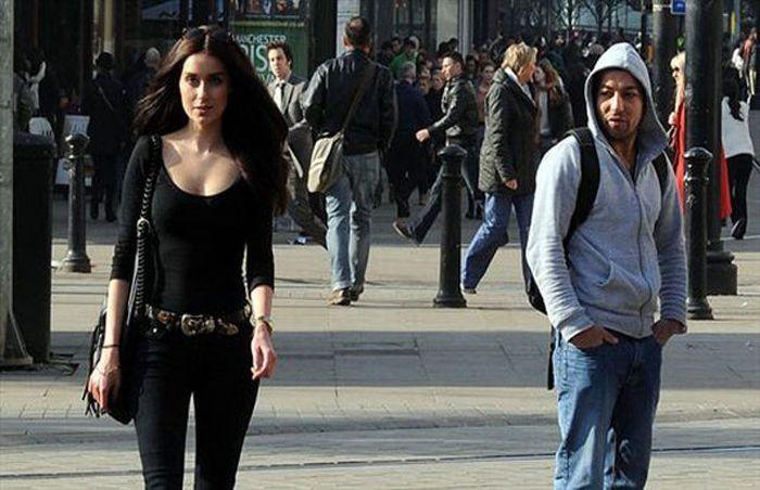 парень смотрит на девушку