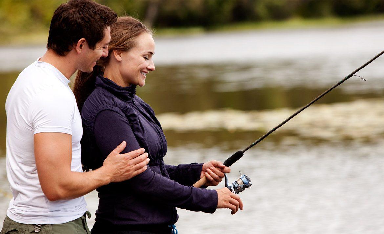 Мужчина с женщиной ловят рыбу