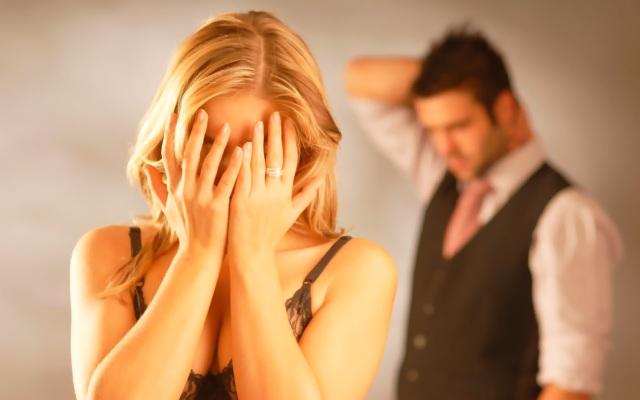 девушка плачет на фоне озадаченного мужчины