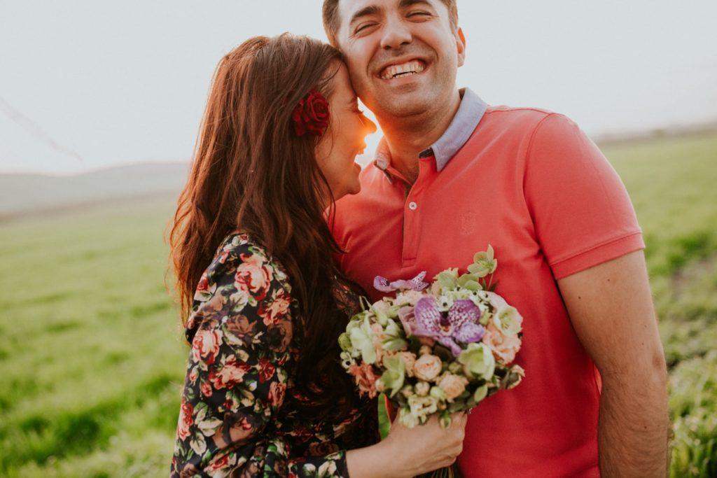 мужчина и женщина обнимаются на холме