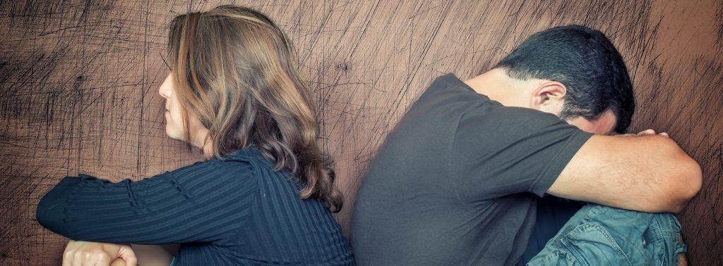 парень с девушкой спина к спине обиделись друг на друга
